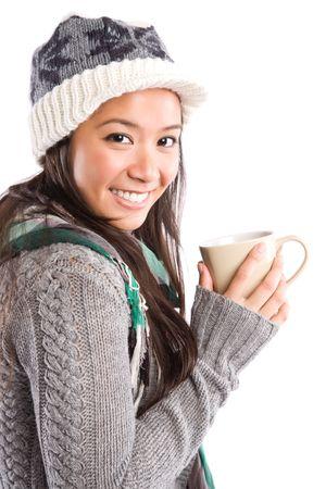 donna che beve il caff�: Un colpo di un felice bella donna asiatica di bere il caff�