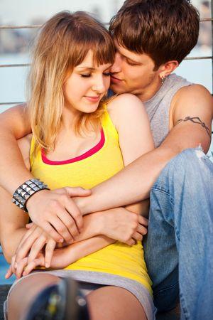 femme romantique: Un portrait d'un couple caucasien jeunes amoureux de plein air