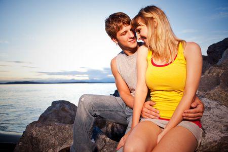 Een portret van een jonge Kaukasisch paar in liefde outdoor Stockfoto