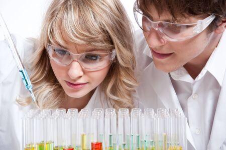 bata de laboratorio: Un disparo de un macho y hembra cient�ficos cauc�sicos