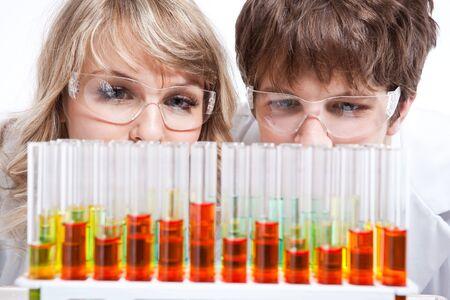 Een nieuwe impuls van een mannelijke en vrouwelijke caucasian wetenschappers
