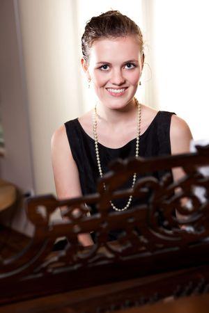 tocando el piano: Un retrato de un adolescente hermoso tocando el piano