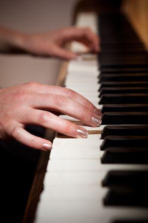 tocando el piano: Un disparo de una mujer tocando el piano Foto de archivo