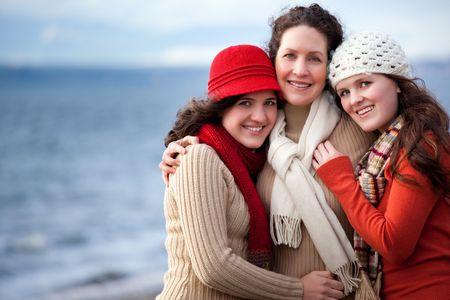 Een portret van moeder en haar dochters op het strand
