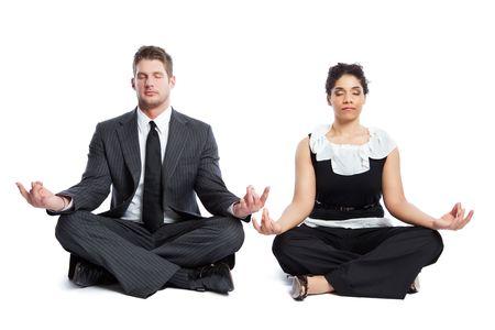 mujer meditando: Un disparo aislado de una empresaria negra y un hombre de negocios cauc�sicos haciendo meditaci�n
