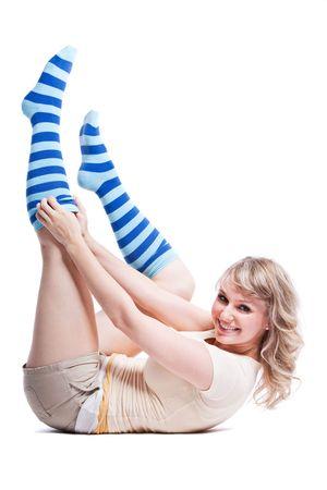 Een geïsoleerde schot van mooie vrouw dragen strepen sokken