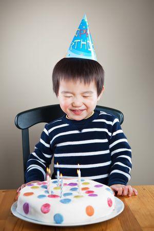 Een portret van een Aziatisch jongen viert zijn verjaardag