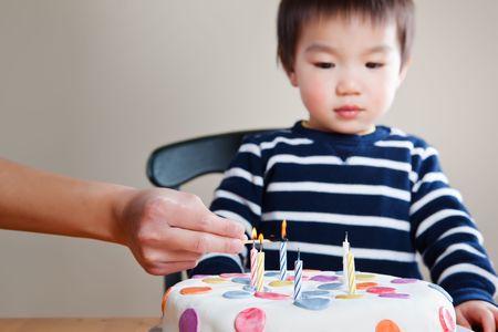 그의 생일을 축하 아시아 소년의 초상화 스톡 콘텐츠