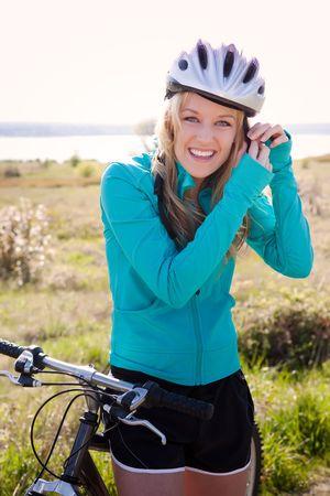 radfahren: Eine sportliche Frau Reiten ein Fahrrad outdoor
