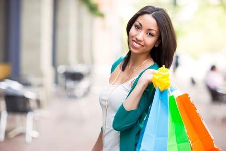chicas comprando: Una mujer negra compras, llevando bolsas de la compra al aire libre