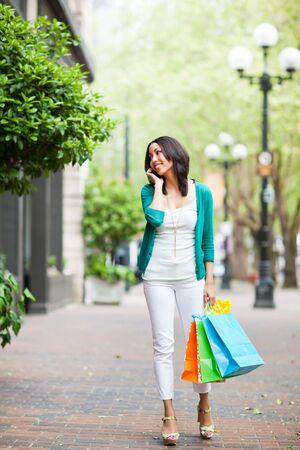 llamando: Una mujer negra compras, hablando en su teléfono