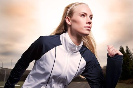 スポーツ フィールドで美しい白人女性の演習