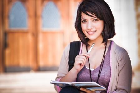 Un retrato de un estudiante universitario de raza mixta en campus  Foto de archivo - 7561908