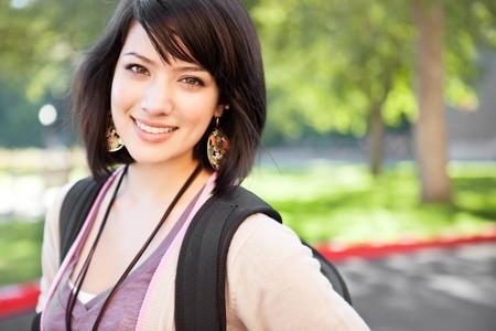 Een portret van een gemengd ras college student op campus