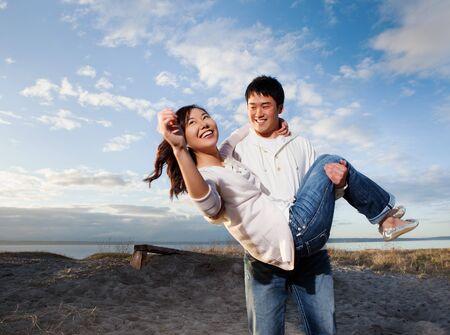 Een portret van een Aziatisch paar plezier outdoor Stockfoto