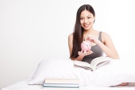 Schuß von einer schönen asian College-Studentin, die lesen auf Ihrem Bett  Standard-Bild - 7799553