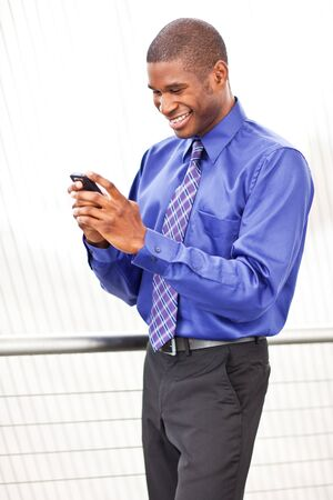 A shot of a beautiful black businesswoman texting Imagens