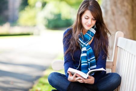 adolescencia: Un retrato de un estudiante universitario de raza mixta estudiando en campus  Foto de archivo