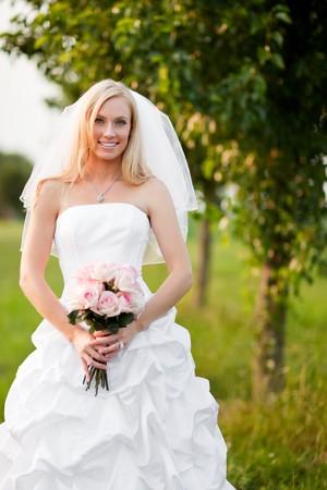 아름다운 백인 신부 야외 샷 스톡 콘텐츠