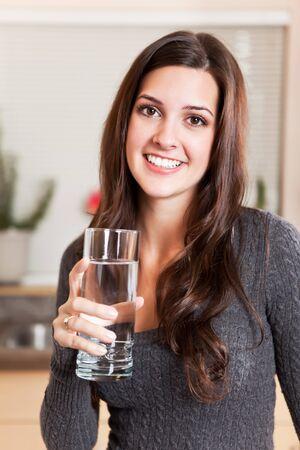 물 한 잔 들고 젊은 여자의 총