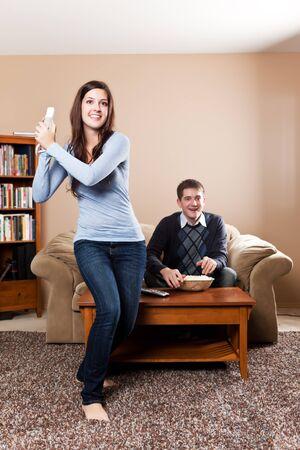 jugando videojuegos: Un tiro de una joven pareja jugando juegos de video