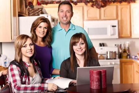 familia cenando: Un tiro de una familia cauc�sica pasar tiempo en casa Foto de archivo