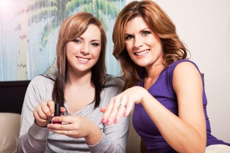 彼女の 10 代の娘と過ごす時間を母親のショット 写真素材