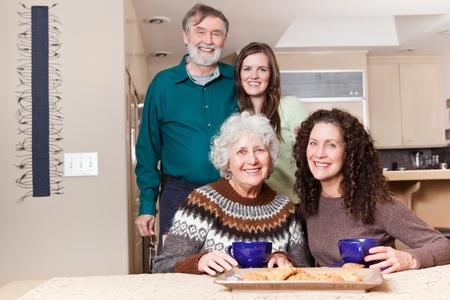 cocina antigua: Un retrato de generaci�n de m�ltiples de abuelos felices con su hija y su nieta pasar tiempo juntos