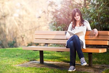 Een schot van een college student lezen van een boek Stockfoto