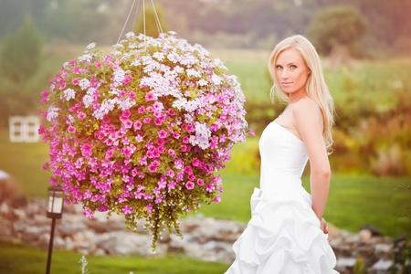 Ein Schuss von eine beautiful caucasian Braut draußen