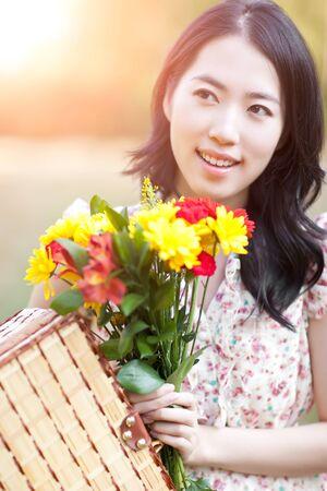 korean fashion: Un retrato de una hermosa mujer asi�tica al aire libre