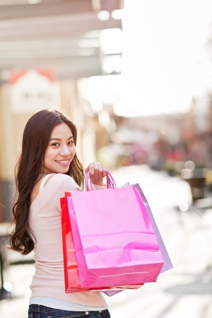 屋外のショッピング、アジアの女性のショット