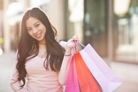 chicas de compras: Un tiro de una mujer asi�tica de compras al aire libre Foto de archivo