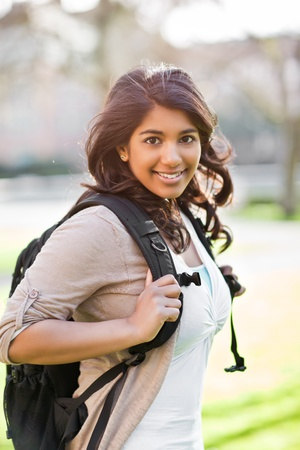 American Indian: Un retrato de un estudiante asi�tico feliz en el campus Foto de archivo