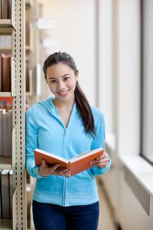 図書館で勉強して、アジアの大学生の肖像画 写真素材