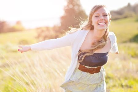 ライフスタイル: 美しい若い白人女性屋外の肖像画