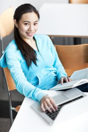 아시아 대학생 캠퍼스에서 그녀의 노트북에서 작업의 총 스톡 콘텐츠