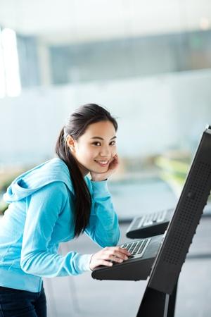 컴퓨터 키오스크를 사용하여 아시아 대학생의 총