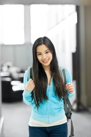 Een portret van een Aziatische student in de bibliotheek