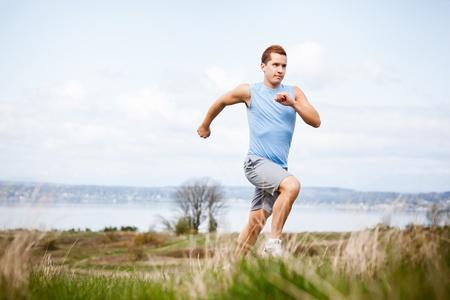 Een schot van een gemengd ras man loopt buiten Stockfoto