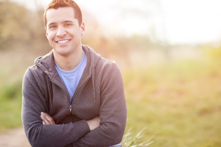 hombre deportista: Un disparo de un hombre de raza mixta sonriente fuera