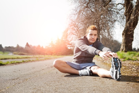 A shot of a mixed race man stretching outdoor Banque d'images