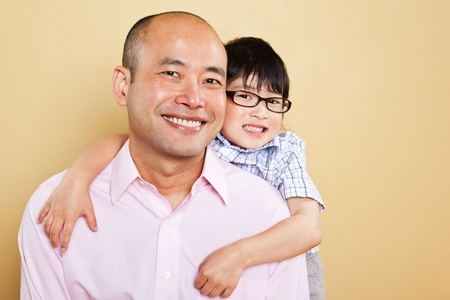 아시아 아버지의 총과 그의 귀여운 아들 스톡 콘텐츠