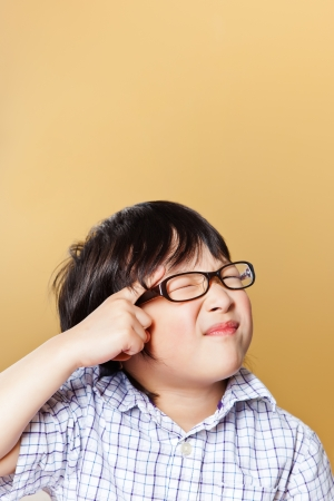 面白い顔を作るかわいいアジアの少年のポートレート 写真素材
