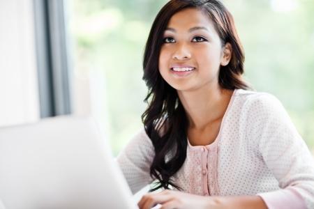 캠퍼스에서 노트북에 근무하는 아시아 학생의 샷 스톡 콘텐츠 - 10555074