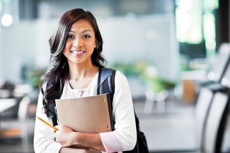 educacion: Un retrato de un estudiante universitario en el campus de Asia Foto de archivo