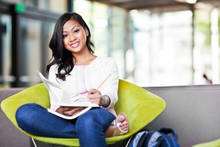 キャンパス内で勉強して、アジア留学生のショット
