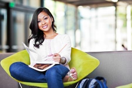 캠퍼스에서 공부하는 아시아 학생의 샷 스톡 콘텐츠 - 10555078