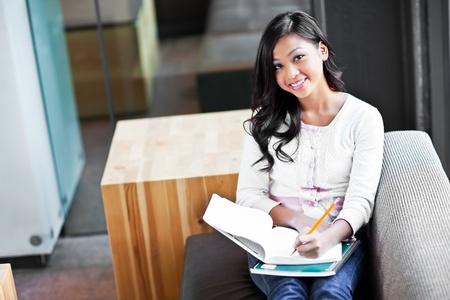 캠퍼스에서 공부 아시아 학생의 샷