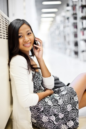 전화로 얘기 아시아 학생의 샷
